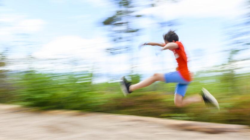 Pojke hoppar längdhopp